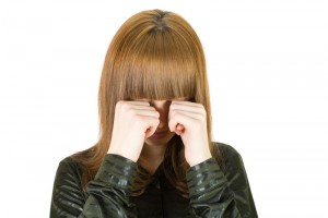 Ojo seco, ¿por qué afecta más a las mujeres? Frotarse los ojos