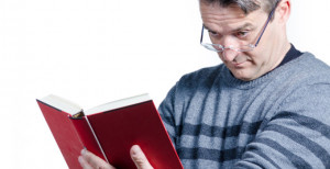 Imagen habitual de una persona con presbicia o vista cansada, dificultad para la lectura.