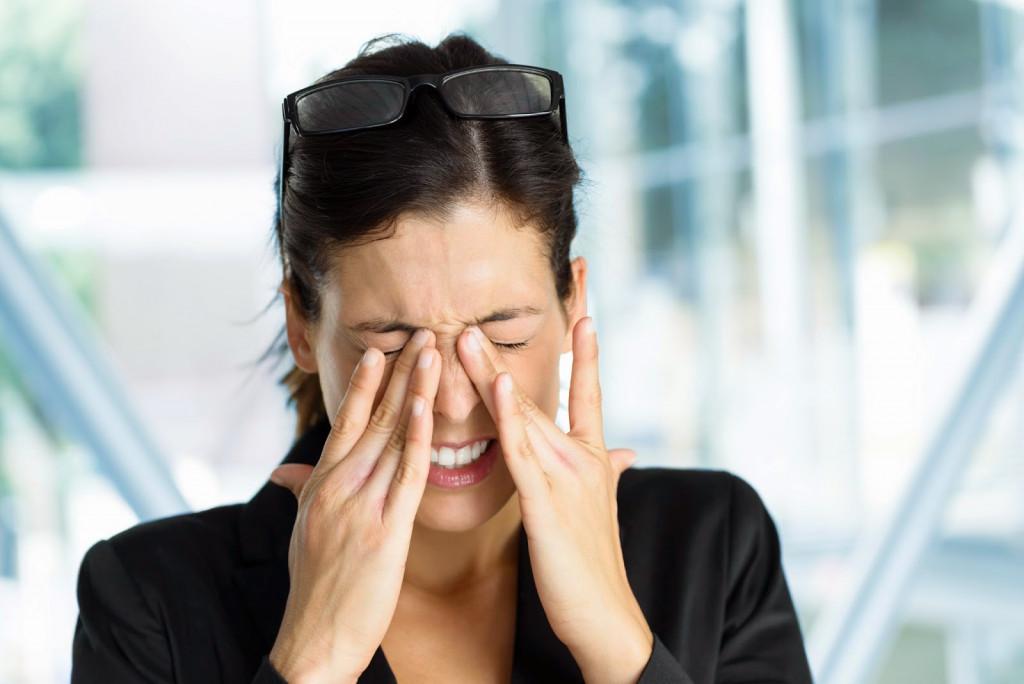 Frotarse los ojos, aunque habitual, es perjudicial.