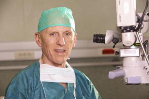 El profesor Dr. Alió junto al equipo de intervención quirúrgica