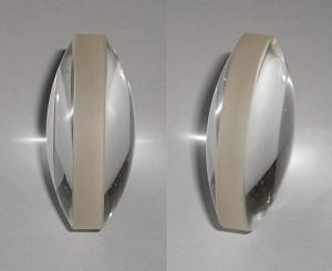 Una lente biconvexa, utilizada para demostrar el funcionamiento del cristalino a escala mayor.